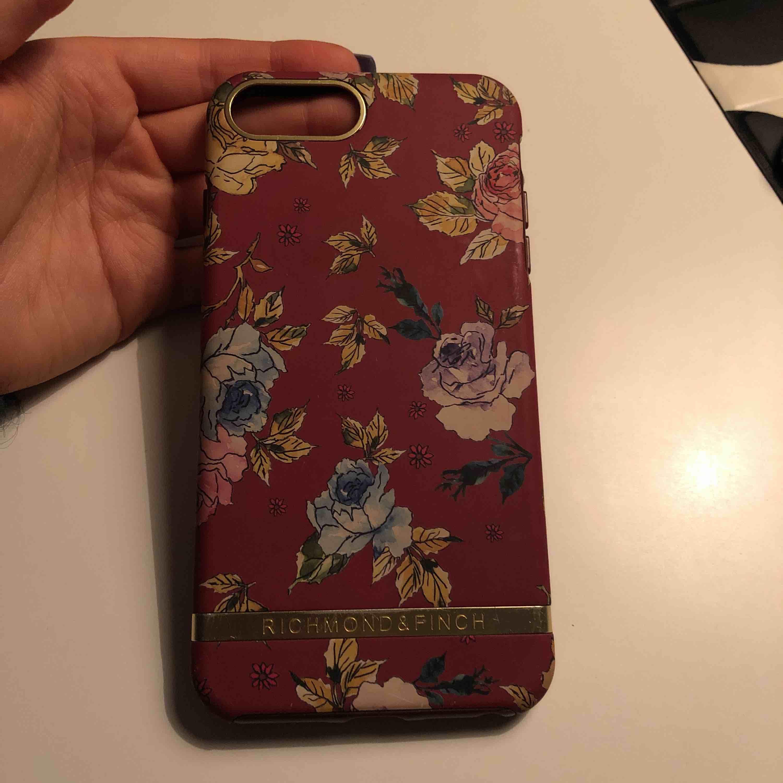 iPhone 8 Plus skal ifrån richmond & finch. Väldigt fint skick!  Betalningen sker via swish. Köparen står för fraktkostnader eventuellt om vi möta upp i Lund. . Accessoarer.