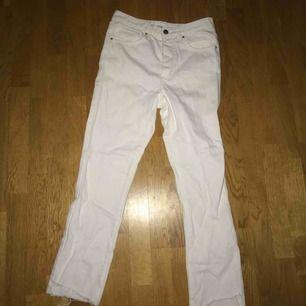 Vita jeans med slitningar nertill, aldrig använda.
