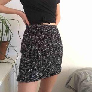Tweed kjol. Säljer pga att den tyvärr är för stor i midjan. Jag är 175 cm och brukar ha 26 i midjan på jeans. Frakt: 20 kr #tweed #kjol #vintage #y2k #90 #talet #90s #second #hand