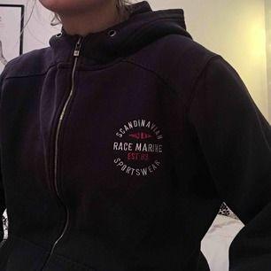 Race marine hoodie i fint skick har dock inga snören väldigt varm och mysig!