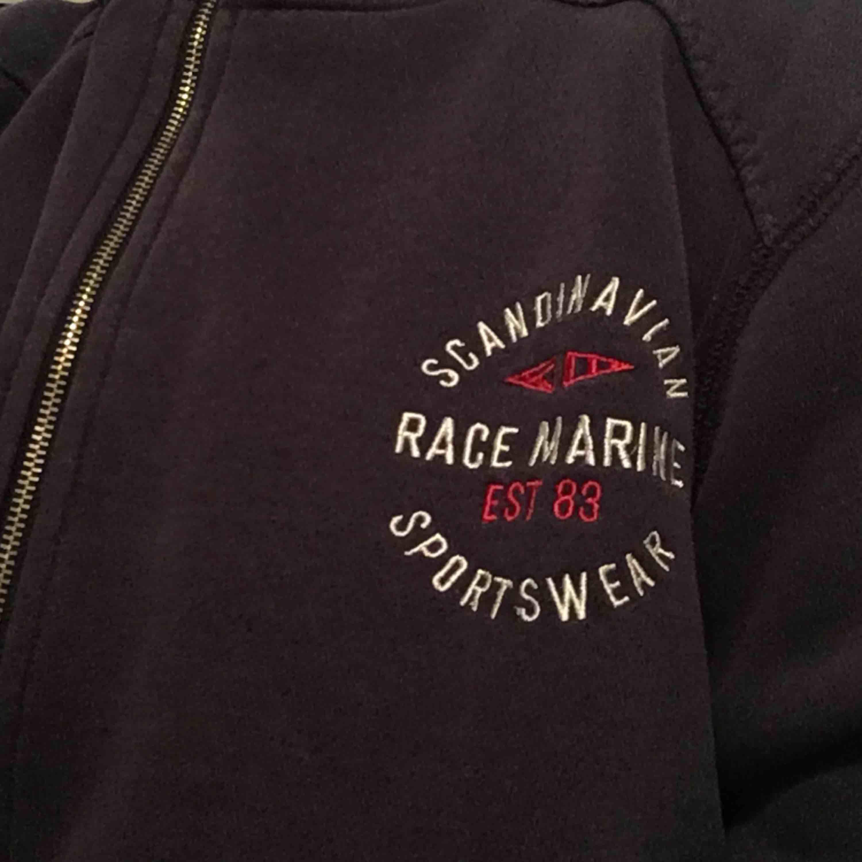 Race marine hoodie i fint skick har dock inga snören väldigt varm och mysig!. Huvtröjor & Träningströjor.