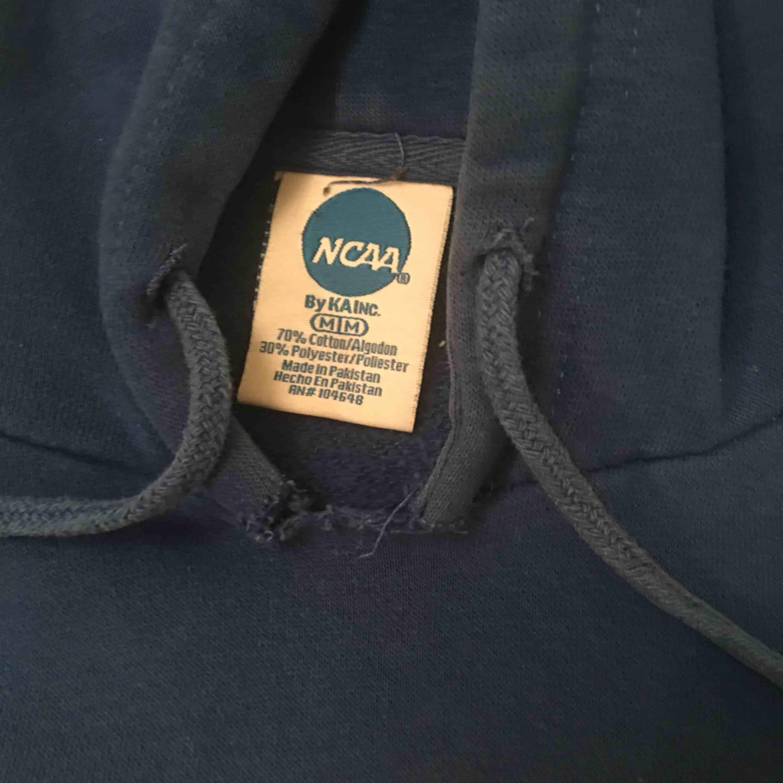 Sjukt snygg croppad hoodie från humana frakt tillkommer!. Huvtröjor & Träningströjor.