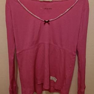 Superfin Odd Molly rib jersey tröja, spätsklädd med v-ringning med en rosett framtill. Matrial: 100% ekologisk bomull. Sparsamt använd.