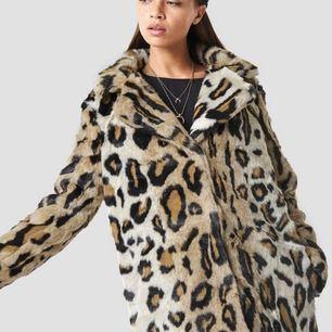 Leopard kappa I faux fur från nakd fashion  Använd 1 gång - alltså helt i nyskick   Storlek XS men är ganska stor i storleken så 34/36   Nypris 999kr