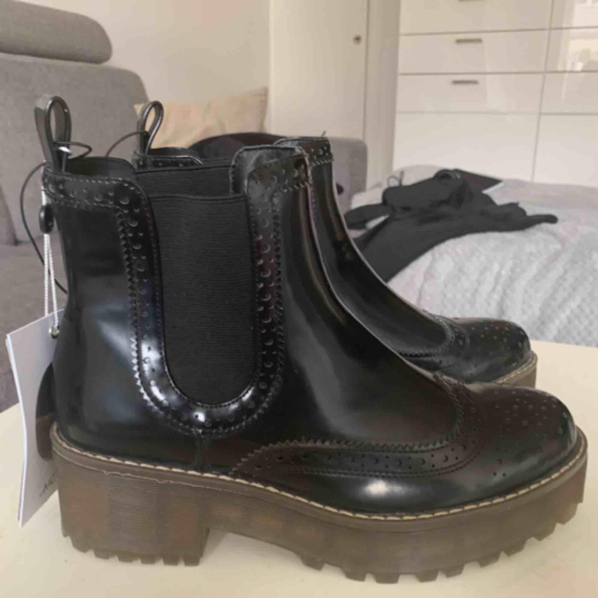 Oanvända skor. Köpta på Monki i november förra året. Nypris 450kr. Lappen sitter kvar. . Skor.