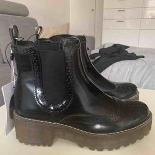 Oanvända skor. Köpta på Monki i november förra året. Nypris 450kr. Lappen sitter kvar.