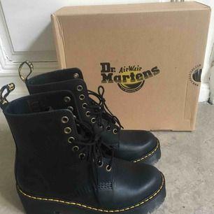 Trendigast skorna just nu. Helt nyköpta Dr. Martens shriver HI black i stl 36, måste säljas trots har kvittot från den 2 februari då jag köpte skorna så är de använda en gång o nypris 1898 kr.