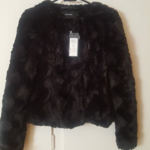 Svart faux fur jacka, perfekt till våren. Oanvänd med prislapp kvar. Betalning via swish.