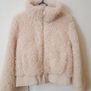 Vit Teddy coat storlek xs, oanvänd. Betalning via swish.  Köparen står för frakt.