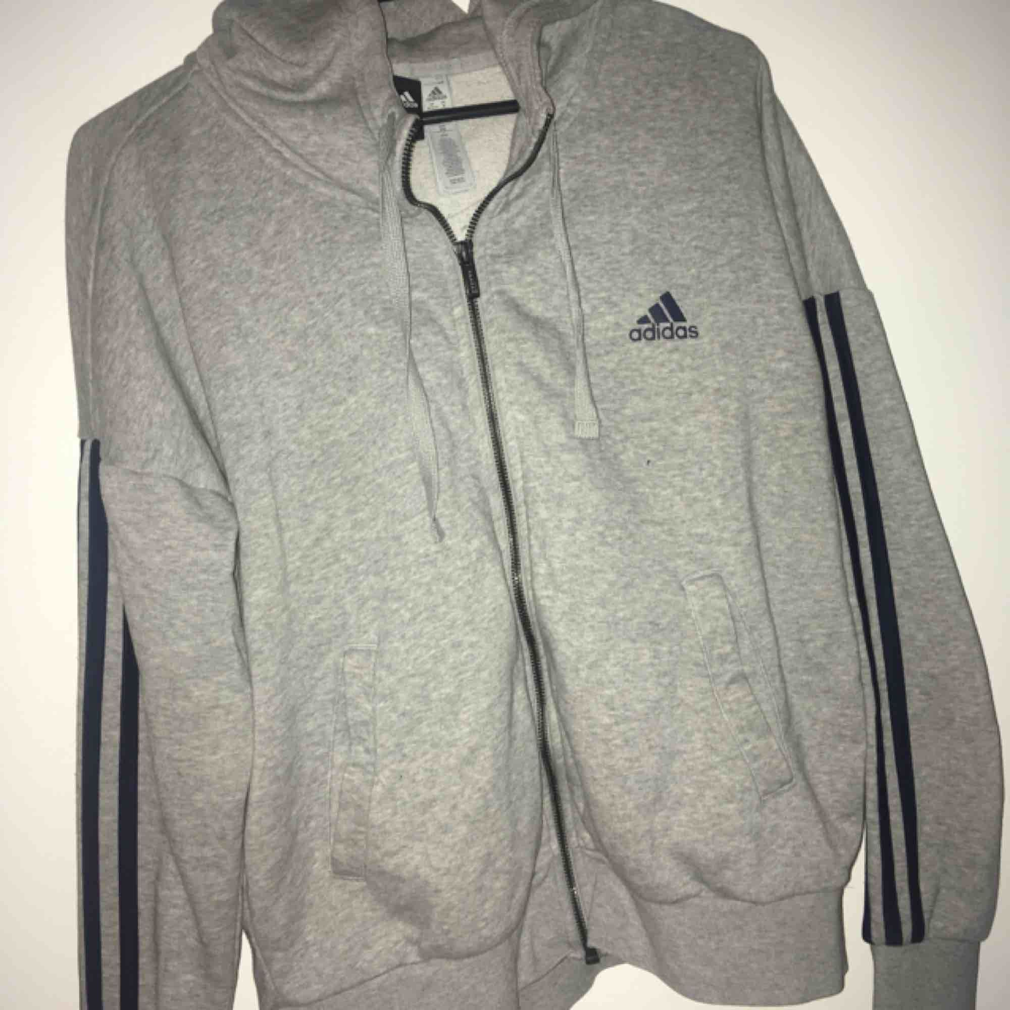 Adidas hoodie i nyskick . Huvtröjor & Träningströjor.