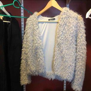 Fin grå fakepälsjacka/kofta från Gina tricot. Superfint skick. Finns inga knappar eller dragkedja