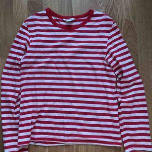 Monkis rödrandiga långärmade tröja. Gott skick, inte mycket använd. Frakten ingår i priset.