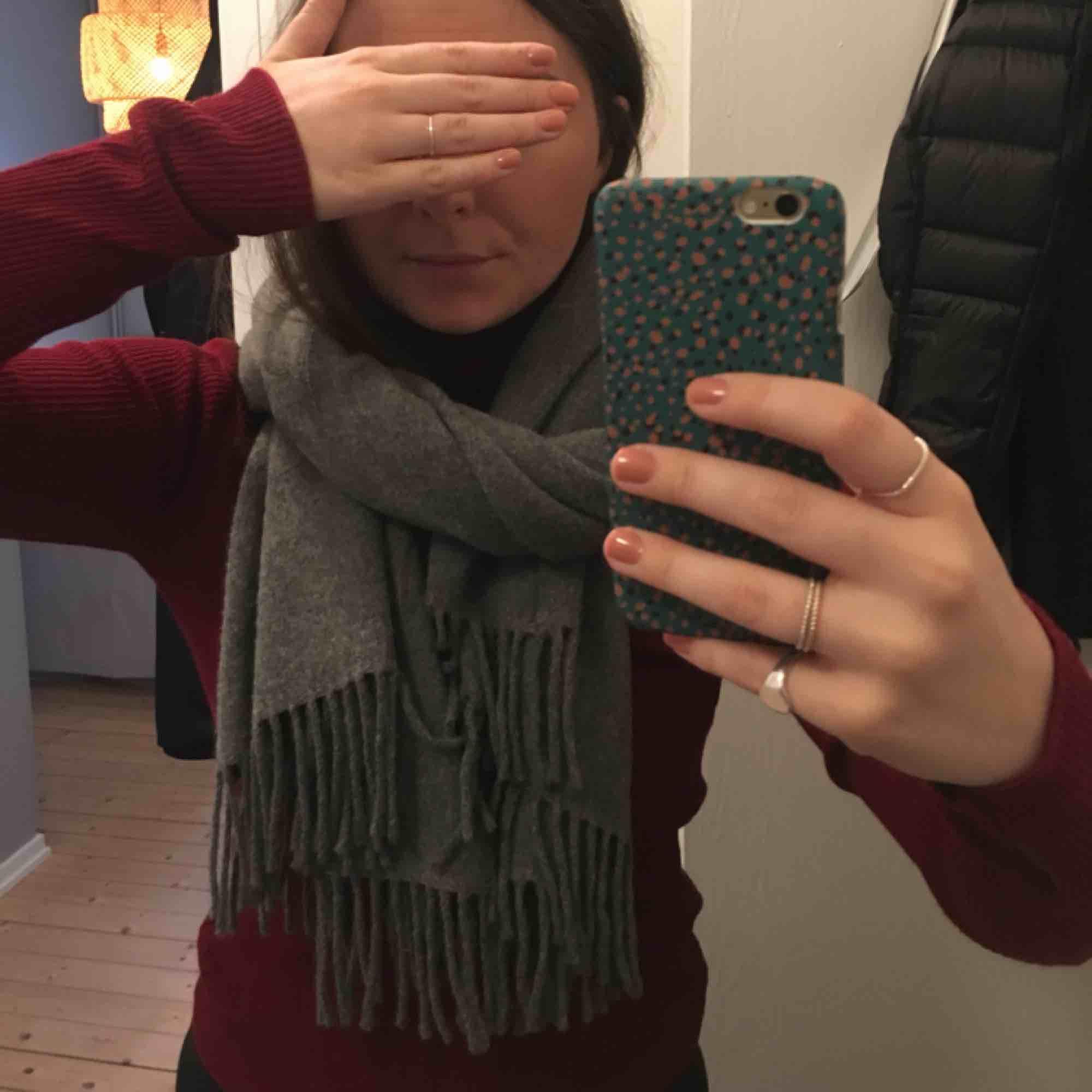 Grå halsduk i 100 % ull. Ca två år gammal och använd men inte flitigt. Enstaka noppor. (Säljer den pga att jag är ullkänslig och därför inte använder den) . Accessoarer.
