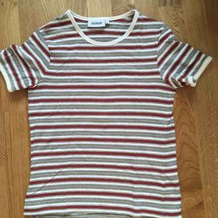 Skön t-shirt från weekday. 70-talavibes. Inte mycket Använd. Frakt ingår i priset. Samfraktar också.