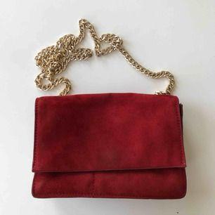 Röd mocka väska från zara ❤️ köpare står för frakt :)