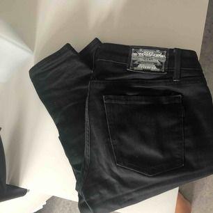 Sköna låga svarta jeans från Crocker