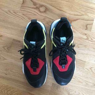 Helt nya thunder puma sneakers som jag endast har använt en gång! Storlek: 39.  Måste tyvärr sälja dom pga fel stl!  SKITSNYGGA!