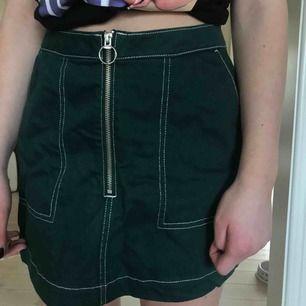 Grön kjol från Weekday, det står inte vilken storlek det är men ca 36/38. 🐉