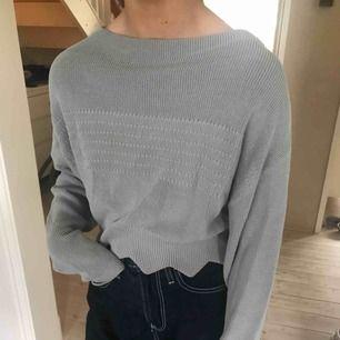 Grå tröja ifrån H&M Trend, den känns tung och lyxig höhö 🕸