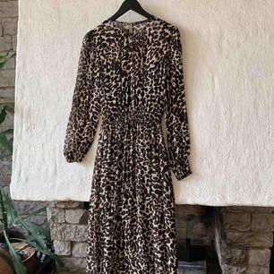 Lång klänning från Zara, endast använd två gånger. Frakten är inräknat i priset redan.