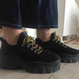 Skor från Bronx i storlek 39, använda en gång, säljer pga att de är för små. 🕳