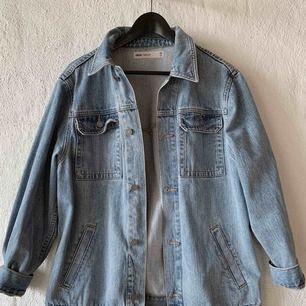 Jeansjacka från Asos. Har själv storlek 36 så på mig passar denna jacka oversized.