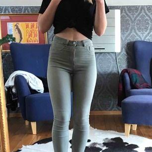 Tajta grön/grå jeans från Zara i storlek 36, men passar även 34-38. Bra skick förutom lätt missfärgning vid gylfen (se bild 3). Kan frakta eller mötas upp i Malmö, ev Köpenhamn
