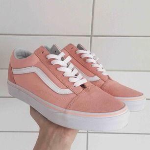 Oanvända vans i en rosa/peach färg, superfina nu till våren🌷 frakt ingår i priset✨