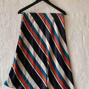 OBS! Kjolen har ett hål på ca 1 cm under dragkedjan. Skulle säga att det tar 5 min att sy ihop med nål och tråd, men alltså något att tänka på om du vill köpa kjolen.