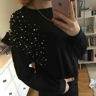 Mycket fin svart tröja med vita och grå/svarta pärlor på ärmarna/axlarna! Använd 1 gång och därav är kvalitén som ny. Frakt tillkommer sen😄💎