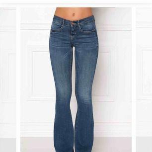 Bootcut jeans från 77THFLEA. Köpta på bubbleroom för 379kr! Sitter skitsnyggt på men hann tyvärr växa ur dem innan jag fick chansen att använda dem. Tar SafePlickPay och Swish! 🥰