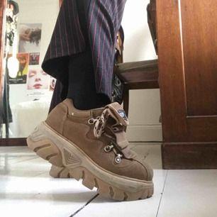 Jättecoola 90-tals skor från Zoff, köpta på plick men använder aldrig så säljer vidare dom! Väldigt gott skick, lite slitna på insidan men annars topp!