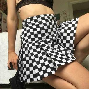 Trendig kjol från The ragged priest! Köpt för 400kr + tull så svider att behöva sälja den men den är tyvärr för stor för mig :—( Tyget har ingen stretch och är 75cm runt midjan, finns dragkedja i sidan. Pris kan diskuteras!!