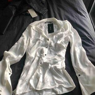 Oanvänd satinskjorta med snygga vida ärmar, från ZARA. Strl S.