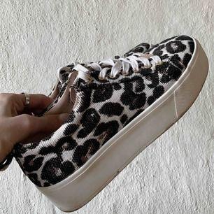 Coola sneakers från TopShop, använda men fortfarande i ett fint skick. Smått slitna toppar på skosnöret men inget som märks och kan bytas ut till nya. ✨