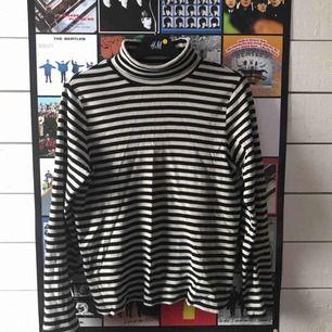 Tyvärr måste jag sälja denna fina polotröja då jag redan har en liknande! Passar jättebra med en t-shirt över eller bara som den är 🥰 Kan mötas upp i Gävle eller frakta då köparen står för kostnaden!
