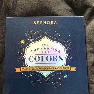 """Oanvänd. Sephora """"The enchanting colors"""" palette. Innehåller skuggor och highlighters till ögon och ansikte."""