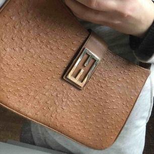 Trendig brun väska (bandet går att göra kortare)! Jag säljer den eftersom att jag har alldeles för många väskor :) köparen betalar frakten