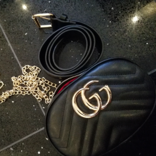 Gucci väska, a kopia. Aldrig använd. Tillkommer bälte som man kan ha i midjan även kedja om man vill ha väskan hängandes nerför axlarna.