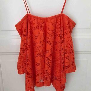 Oanvänd linne i orange spets. Strl M men passar även S