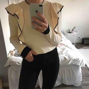 Fin tröja från Chiquelle i storleken one size. Knappt använd så i fint skick! Kan skickas mot fraktkostnad.