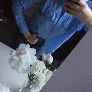 Blå skjorta med volang. Jag har aldrig använt den :) köparen står för frakten