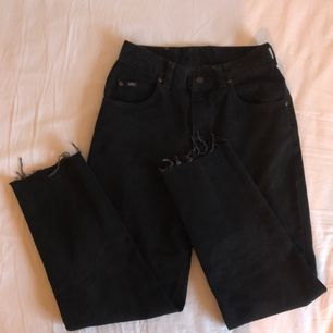 Högmidjade, avklippta Lee jeans köpta på Beyond Retro, kontakta för fler bilder.  Kan mötas upp i Stockholm eller frakta mot fraktkostnad. 🌹