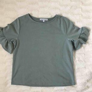 En finare T-shirt från NAKDs samarbete med Therese Lindgren. Aldrig kommit till användning så i mycket fint skick! Skickas mot fraktkostnad.