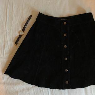 Mögmidjad kjol i fake mocka köpt på Bik Bok. Kan mötas upp i Stockholm eller frakta mot fraktkostnad. 🌹