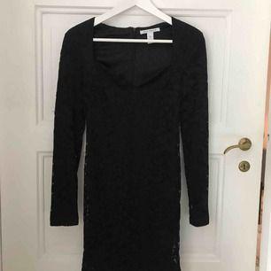 Oanvänd spetsklänning med snygg urringning. passar XS-S