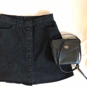 Superfin högmidjad kjol från Monki. Kan mötas upp i Stockholm eller frakta mot fraktkostnad. 🌹