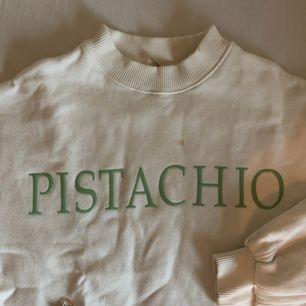 Supermysig tröja med stora ärmar. Kan mötas upp i Stockholm eller frakta mot fraktkostnad. 🌹 YES finns en fläck på den (första bilden) som ej gått bort i tvättmaskinen!