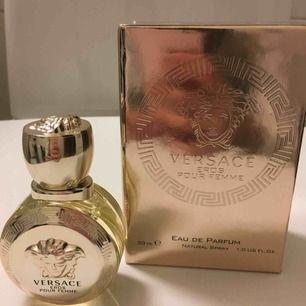 Helt ny Versace parfym 30ml, endast testad en gång! Köparen betalar frakten ifall den ska skickas🌸