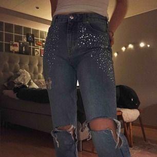 Jeans från H&M med diamant-detaljer. Sitter skitsnyggt. Dem är bra längt för mig, jag är 179cm. Säljer då jag bara använt dem tre gånger, lite slitningar i hålen på knäna men annars som nya.